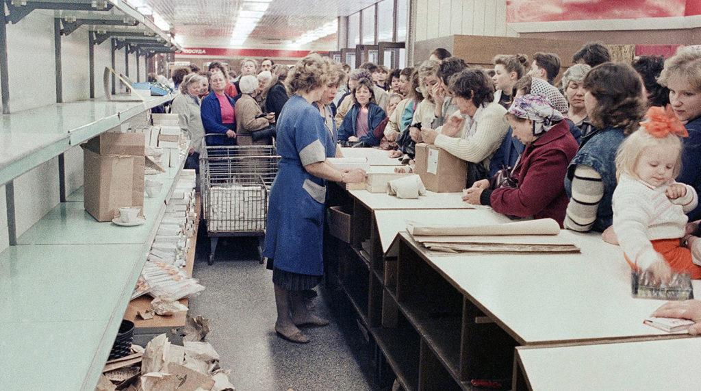 У прилавка советского магазина, конец 80-х